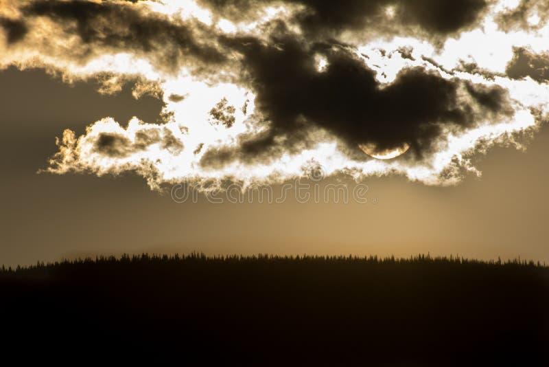 Coucher du soleil en nuages au-dessus de colline images stock