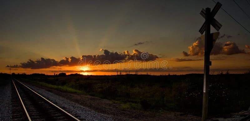 Coucher du soleil en Ohio à un croisement de chemin de fer photographie stock libre de droits