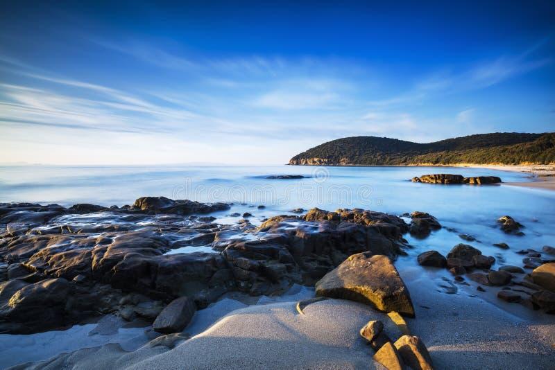 Coucher du soleil en plage de baie de Cala Violina dans Maremma, Toscane Mediterran photos stock