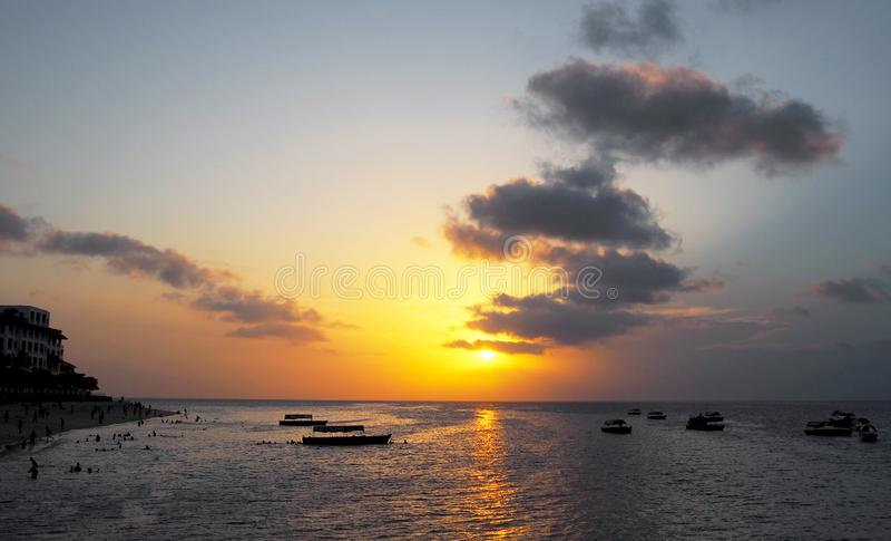 Coucher du soleil en plage de Zanzibar photographie stock