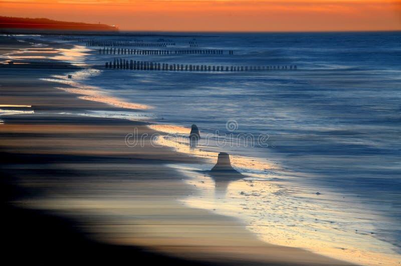 Coucher du soleil en retard par la mer photo stock