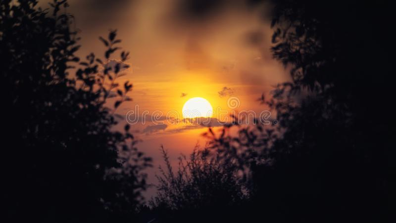 Coucher du soleil en septembre images stock