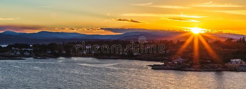 Coucher du soleil en Victoria Bay, AVANT JÉSUS CHRIST, le Canada photographie stock libre de droits