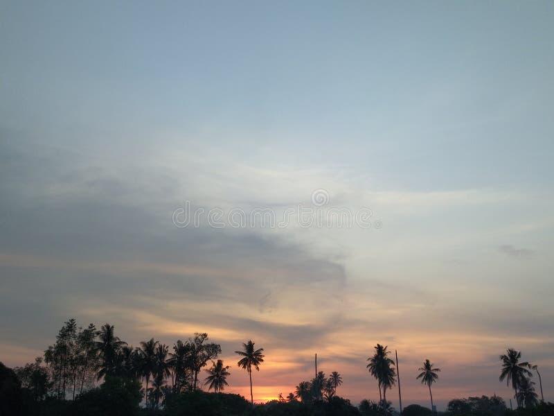 Coucher du soleil en ville natale images stock