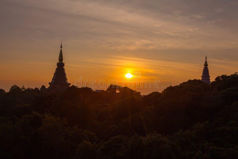 Coucher du soleil entre la pagoda de Noppamethanedol et de Noppapol Phumsiri sur le parc national de Doi Inthanon photographie stock libre de droits