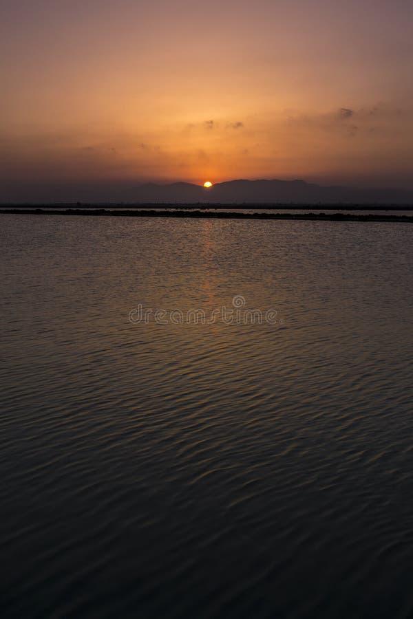 Download Coucher Du Soleil Entre Les Montagnes Et Le Lac Image stock - Image du nature, aube: 76086615