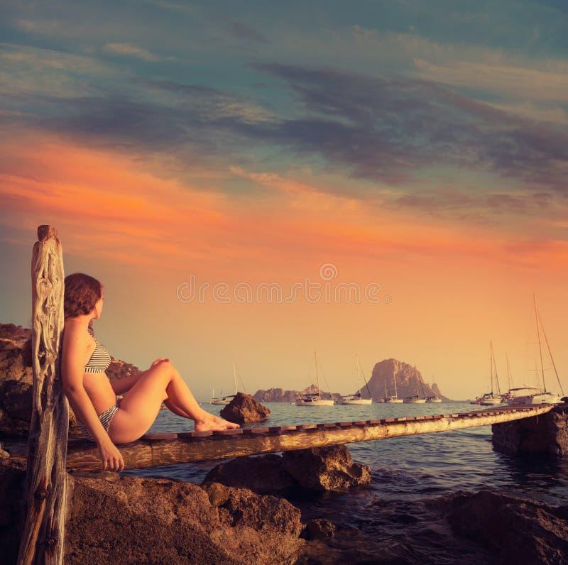 Coucher du soleil es Vedra de pilier de fille d'Ibiza cala d Hort photographie stock