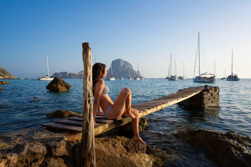 Coucher du soleil es Vedra de pilier de fille d'Ibiza cala d Hort images libres de droits