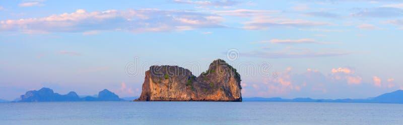 Coucher du soleil et île de roche en mer tropicale photo libre de droits
