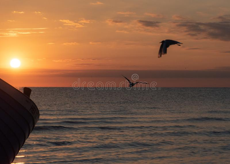 Coucher du soleil et bateau - mer baltique - île d'Usedom photographie stock