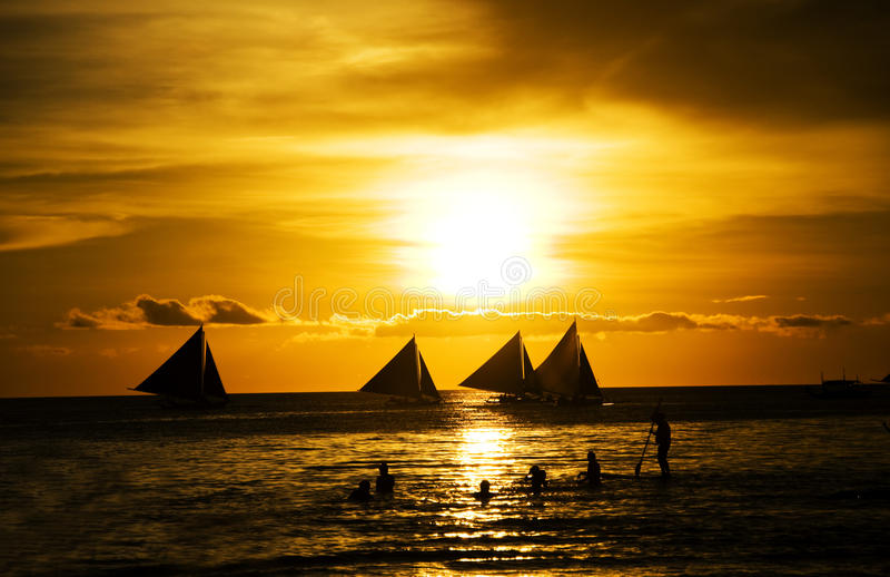 Coucher du soleil et bateaux à voile images libres de droits
