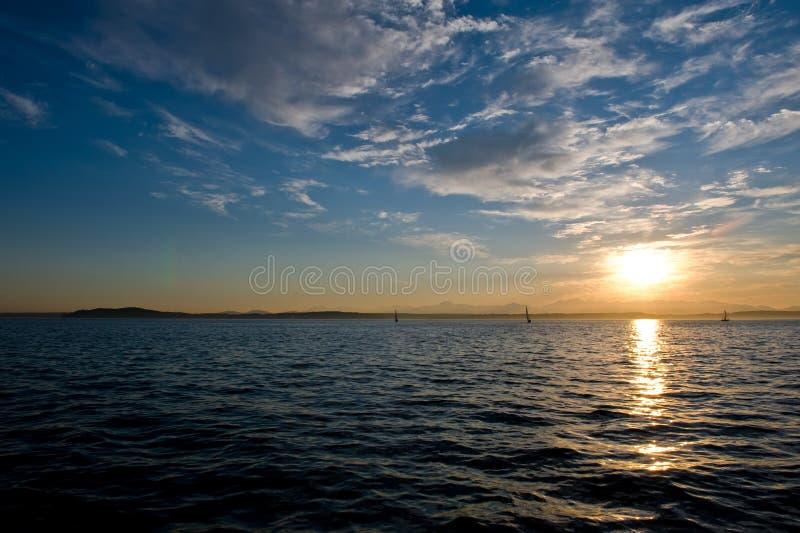 Coucher du soleil et bateaux à voiles images stock