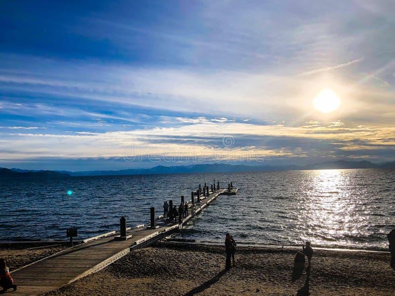 Coucher du soleil et chaises du lac Tahoe sur la plage photographie stock libre de droits