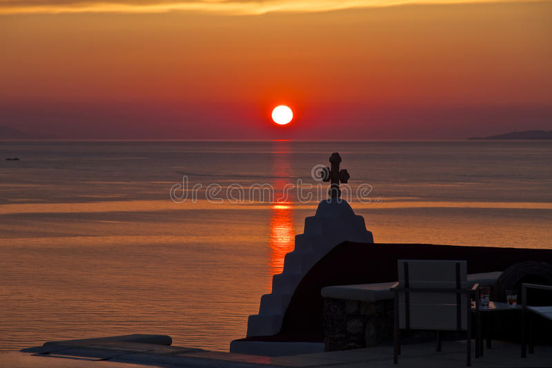 Coucher du soleil et chapelle Mykonos, Grèce image stock