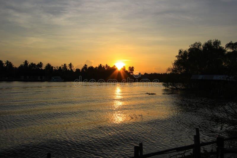 Coucher du soleil et ciel de soirée chez Mae Klong River photos libres de droits