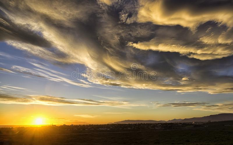 Coucher du soleil et cieux dramatiques en Islande image libre de droits