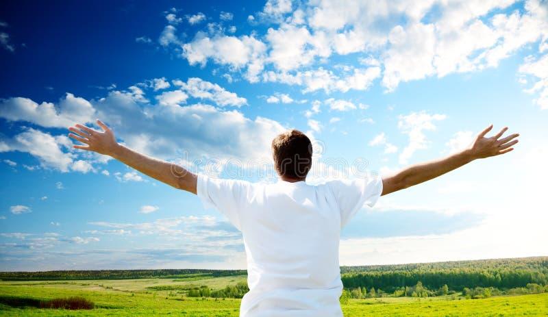 Coucher du soleil et homme heureux image libre de droits