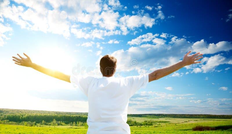 Coucher du soleil et homme heureux photos libres de droits