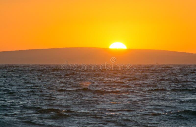 Coucher du soleil et horizon d'or d'océan images libres de droits
