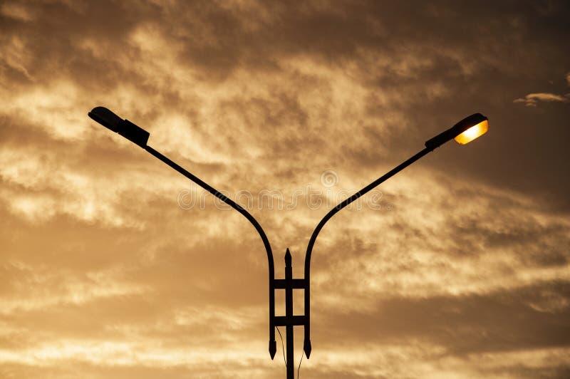 coucher du soleil et lanterne photos stock
