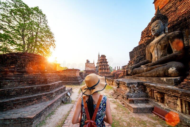 Coucher du soleil et lumi?re en parc historique de Sukhothai photos libres de droits