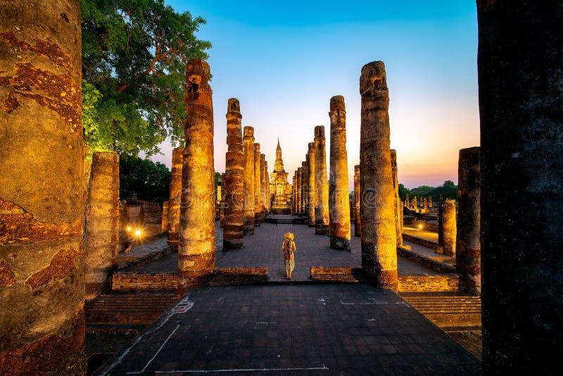 Coucher du soleil et lumi?re en parc historique de Sukhothai images stock