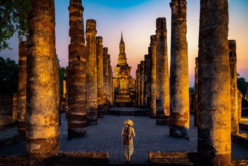 Coucher du soleil et lumi?re en parc historique de Sukhothai images libres de droits