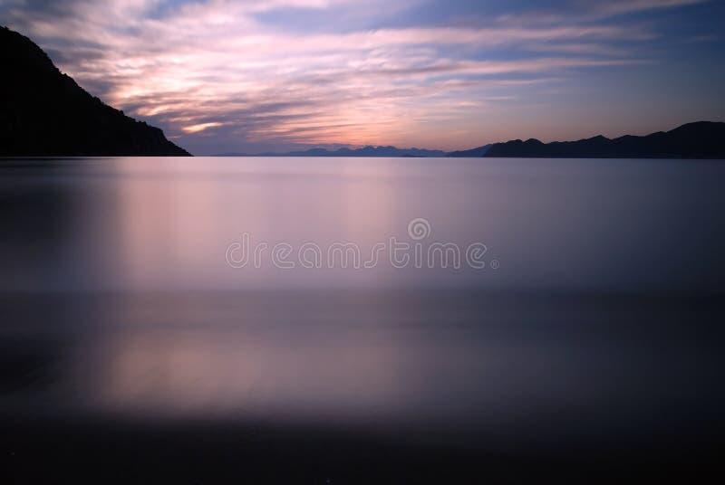 Coucher du soleil et montagnes photo libre de droits