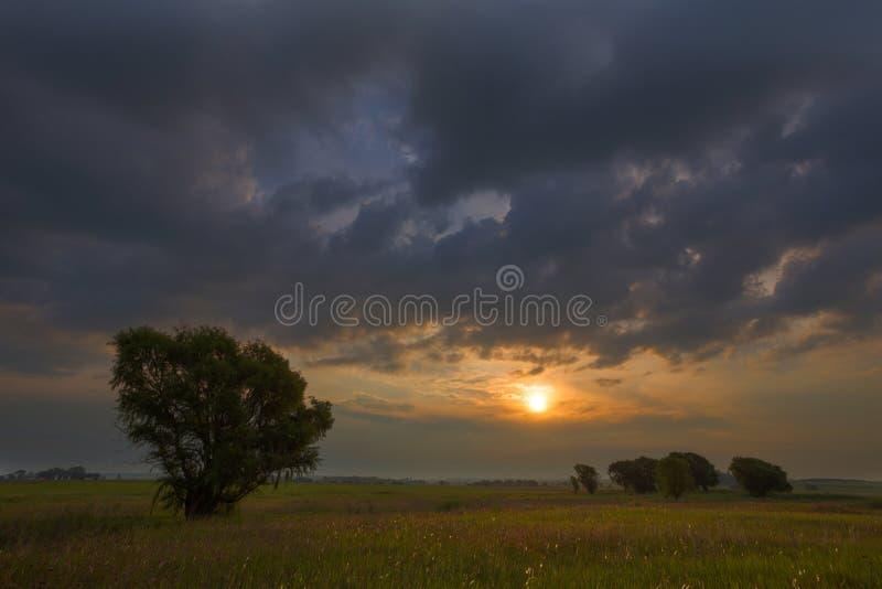 Coucher du soleil et nuages photo stock
