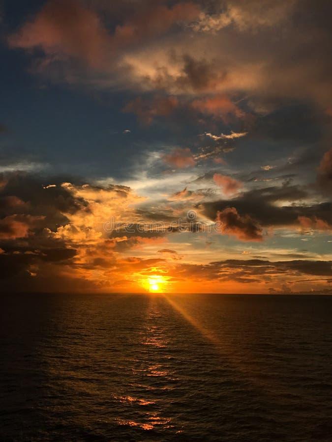 Coucher du soleil et nuages sur le ciel images libres de droits