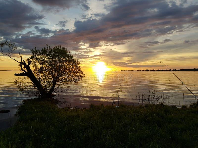 coucher du soleil et pêche sur un grand lac photo stock