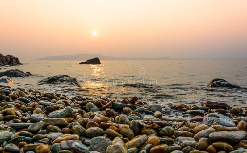 Coucher du soleil et plage et crépuscule d'océan chez Koh Samet images stock