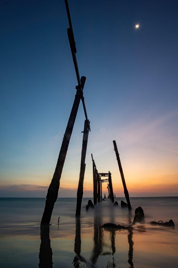 Coucher du soleil et réflexions de la mer, ponts en bois de décomposition, plage de Khao pi Lai Phang Nga, Thaïlande photographie stock