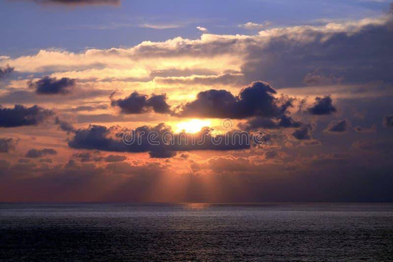 Coucher du soleil et rayons de soleil par la formation tropicale de nuages au-dessus d'Acapu image libre de droits