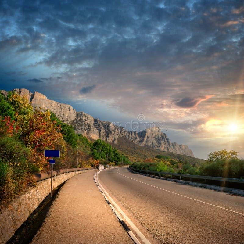 Coucher du soleil et route de montagne image stock