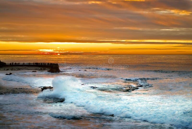 Coucher du soleil et vague déferlante, La Jolla, la Californie photo libre de droits