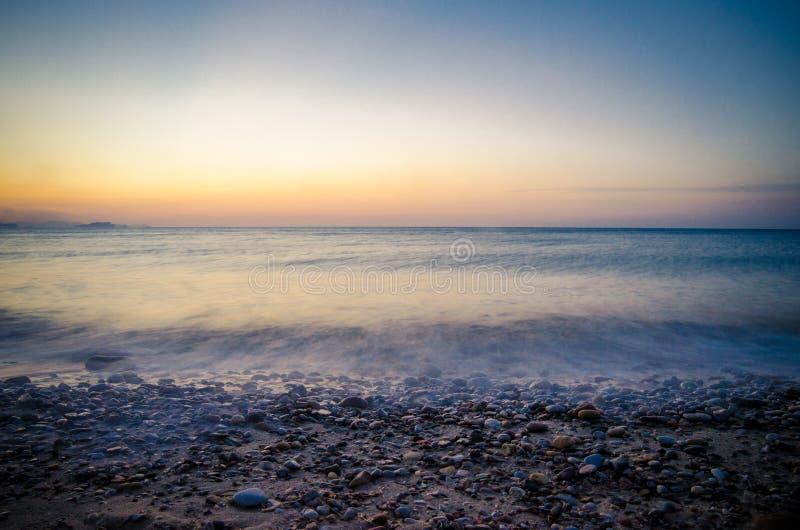 Coucher du soleil et vagues image stock