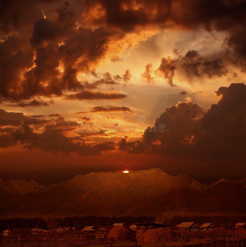 Coucher du soleil excessif au-dessus de village images libres de droits