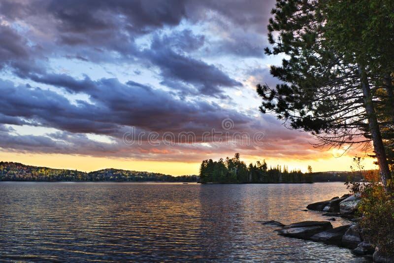 Coucher du soleil excessif au lac photo libre de droits