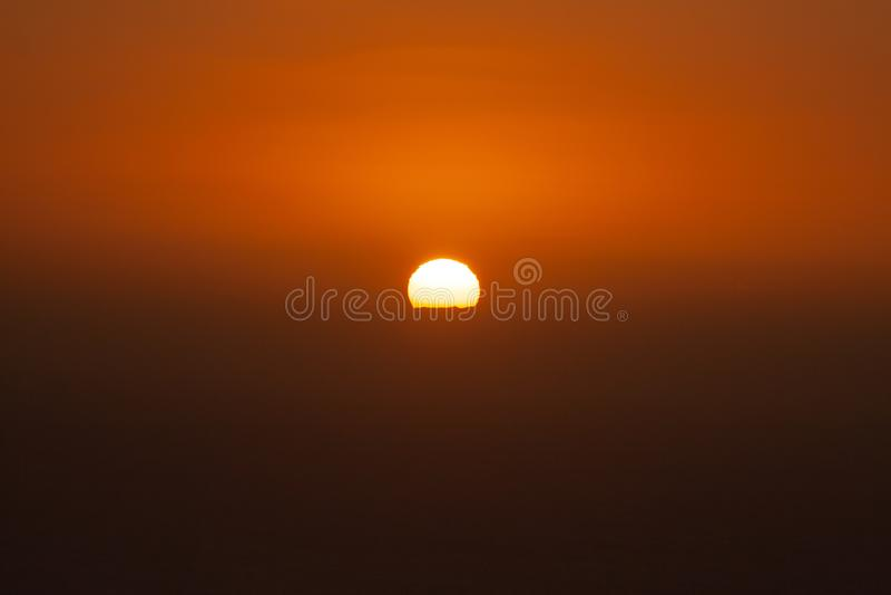 Coucher du soleil fantastique au-dessus de la mer derrière l'île photographie stock