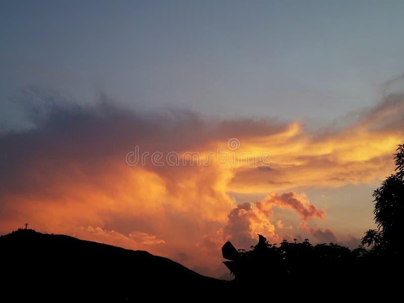 Coucher du soleil du feu au-dessus d'une montagne en Cali Colombia photos libres de droits