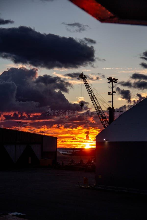 Coucher du soleil du feu en Finlande du nord R?gion de port photographie stock