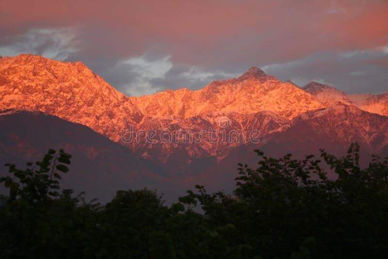 Coucher du soleil flamboyant au-dessus de l'Himalaya indien snowpeaked images libres de droits