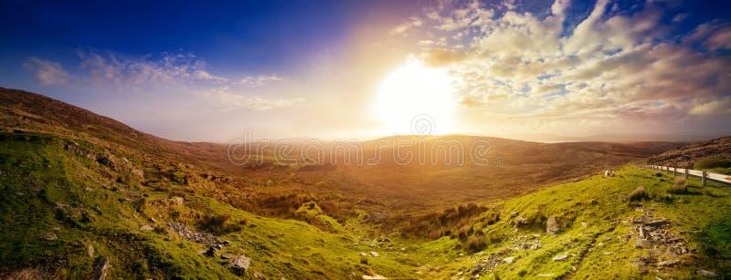 Coucher du soleil flou panoramique dans un comté Kerry image stock