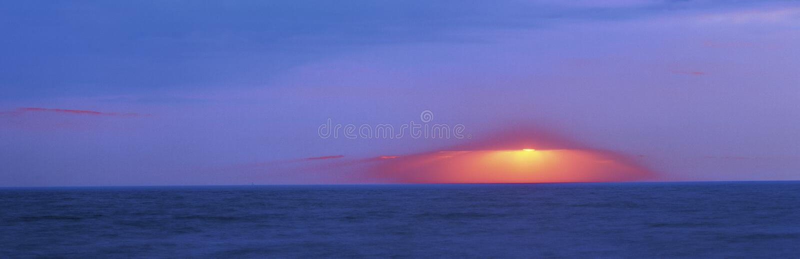 Coucher du soleil foncé au-dessus de cap mai images stock