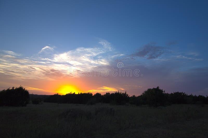 Coucher du soleil foncé dans le pays de colline image stock