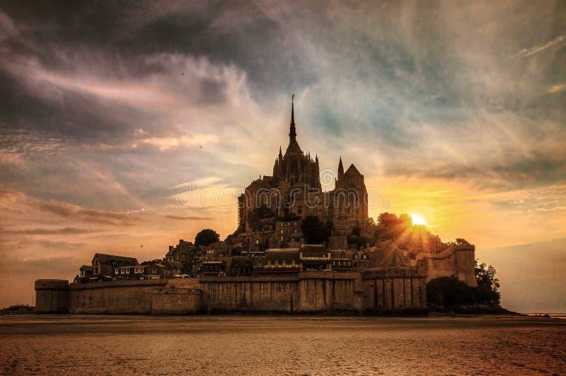 Coucher du soleil foncé le Mont Saint-Michel de nuage image libre de droits