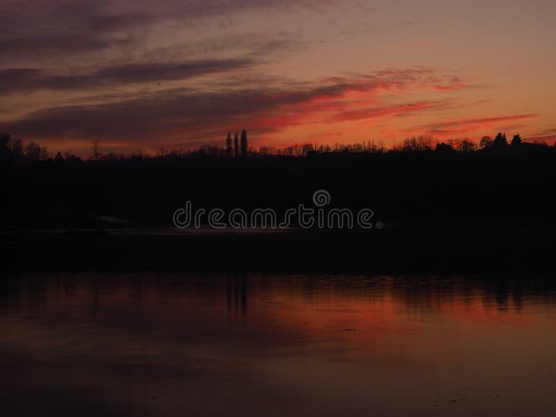Coucher du soleil foncé sur la rivière Adda image stock