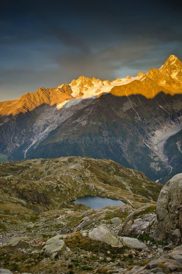 Coucher du soleil français d'Alpes image libre de droits