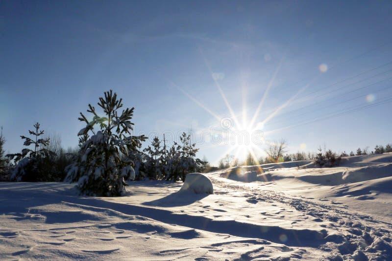 Coucher du soleil gentil dans un jour froid images libres de droits